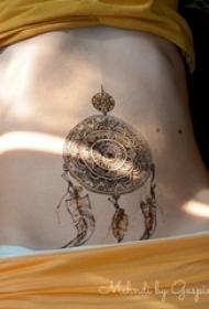 女生腹部黑色几何线条羽毛和捕梦网纹身图片