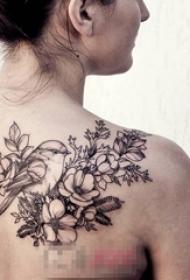 女生背部黑色线条素描创意唯美花朵纹身图片