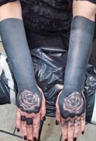 女生手臂上创意黑色人造墨水唯美花朵纹身手稿图片