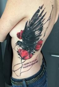 女生侧腰上彩绘文艺花朵和小动物鸟纹身图片