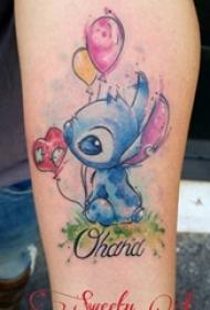 女生小腿上彩绘渐变几何线条气球和卡通人物纹身图片