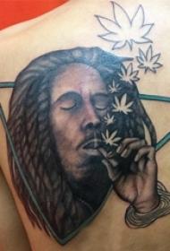 男生后背上彩绘几何线条叶子和人物肖像纹身图片