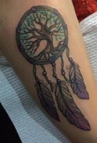 男生手臂上彩绘点刺植物大树和捕梦网纹身图片