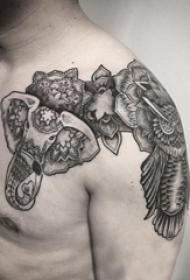 男生肩膀上黑灰素描点刺技巧创意花纹大象纹身图片