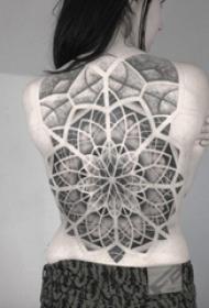 女生背部黑色素描点刺技巧创意梵花花纹满背大面积纹身图片