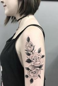 女生手臂上黑色点刺植物文艺花朵纹身图片