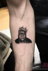 男生手臂上黑色点刺皇冠和人物肖像纹身图片