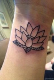 女生手腕上黑色简单线条植物文艺莲花纹身图片