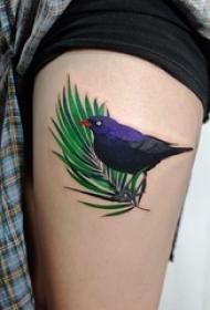 女生大腿上彩绘植物叶子和小动物鸟纹身图片
