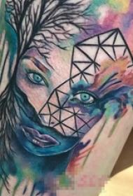 男生手臂上彩绘水彩泼墨女生人像几何元素抽象纹身图片