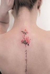 女生背部彩绘水彩文艺花朵和黑色花体英文纹身图片