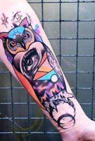 女生手臂上彩绘水彩创意花臂猫头鹰纹身图片