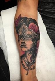 男生手臂上彩绘植物花朵和面具人物纹身图片