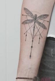 男生手臂上黑色线条几何元素创意蜻蜓纹身图片