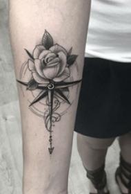 女生手臂上黑色点刺指南针和植物文艺花朵纹身图片