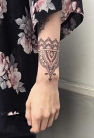 女生手臂上黑色线条创意唯美花纹手