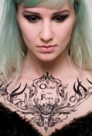 女生锁骨下黑色素描创意鹿头项链纹身图片