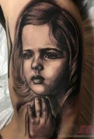 男生手臂上黑灰色素描技祈祷女孩人物纹身图片