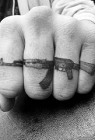 男生手指上黑灰点刺几何线条机关枪纹身图片