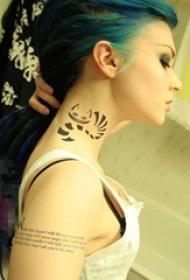 女生脖子上黑色线条创意可爱猫咪纹身图片