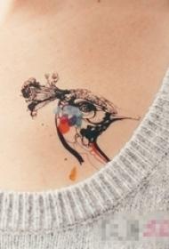 女生胸部彩绘简单线条小动物孔雀纹身图片