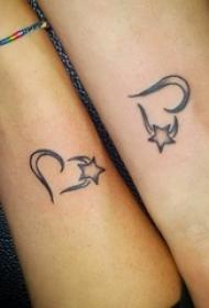 情侣手臂上黑色素描创意心形和星星文艺小清新纹身图片