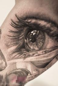 女生手臂上黑灰素描创意唯美精致眼睛纹身图片
