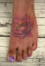 女生脚背上彩绘植物素材莲花纹身图片