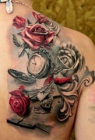 女生后背上彩绘点刺玫瑰和钟表纹身图片