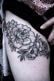 女生侧腰上彩绘创意几何线条花朵和蝴蝶纹身图片