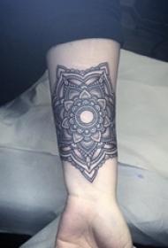 女生手臂上黑色线条几何元素箭纹身图片