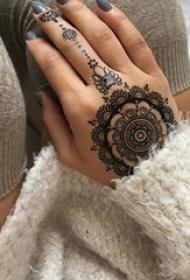 女生手背上黑色线条创意唯美花纹蕾丝手链纹身图片