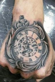 男生手背上黑色素描点刺技巧创意齿轮钟表纹身图片