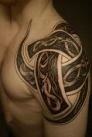 男生肩部黑色几何抽象线条图腾纹身图片