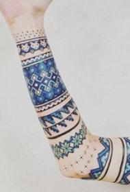 女生手臂上彩绘简约线条几何花纹纹身图片