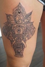 女生大腿上黑色线条创意花纹大象纹身图片
