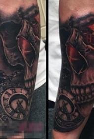 男生手臂上黑灰点刺怀表和骷髅纹身图片
