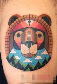 男生手臂上彩绘线条风景与狮子纹身图片