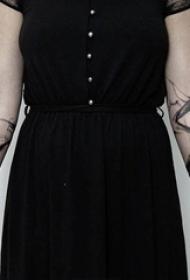 女生手臂上黑色点刺水墨抽象线条纹身图片