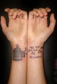 女生手腕上黑色线条素描创意笼子和小鸟纹身图片