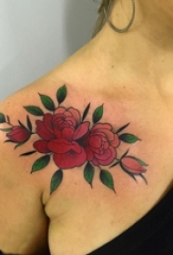 女生肩部彩绘植物叶子和文艺花朵纹身图片
