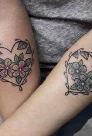 情侣手臂上彩绘水彩心形元素花朵纹身图片