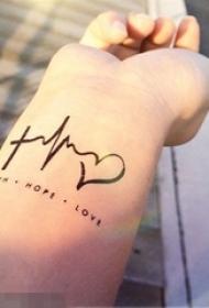 女生手腕上黑色线条文艺小清新心形心电图纹身图片