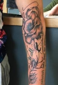 男生手臂上黑灰素描点刺技巧创意唯美花朵纹身图片