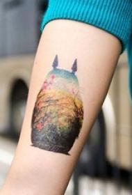 女生手臂上彩绘龙猫轮廓植物素材纹身图片