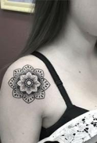 女生肩部黑色点刺简单线条植物素材花朵纹身图片