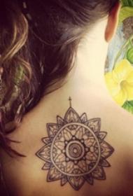 女生背部黑色线条素描创意花纹纹身图片