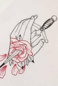 红黑线条创意手与玫瑰匕首纹身手稿