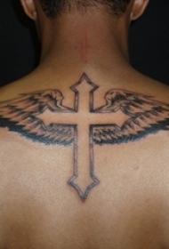 男生背部黑灰素描创意十字架和翅膀纹身图片