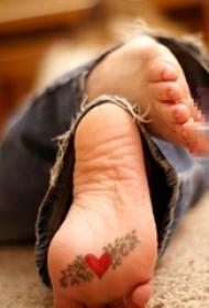 女生脚底黑色素描创意心形纹身图片